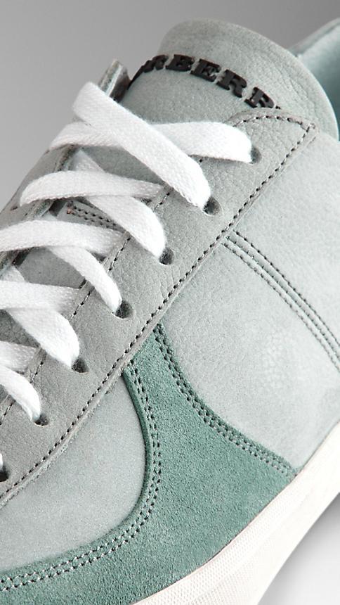 الأحذية الرياضية النسائية المميزة بشعار بربري (5)