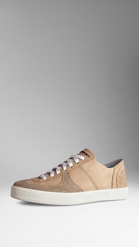 الأحذية الرياضية النسائية المميزة بشعار بربري (7)