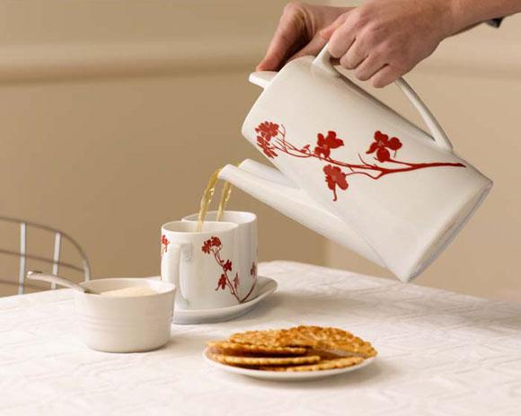 صب الشاي لاثنين في وقت واحد