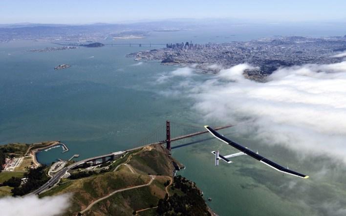 طائرة تحلق بالطاقة الشمسية فوق جسر جولدن جيت في سان فرانسيسكو خلال رحلة تجريبية