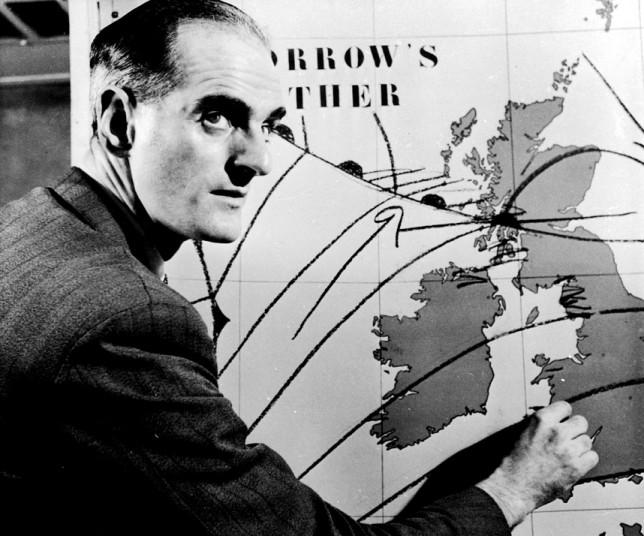 في ال 11 من يناير 1954 بدأت الBBC  اول بث حي لتوقعات الطقس. وفي هذه الصورة نرى George Cowling في اول توقعات مباشرة لأحوال الطقس مستخدما الخرائط والأقلام .