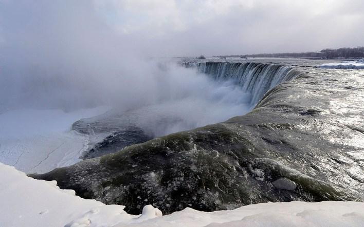 قطع الجليد تتدفق مع مياه الشلال