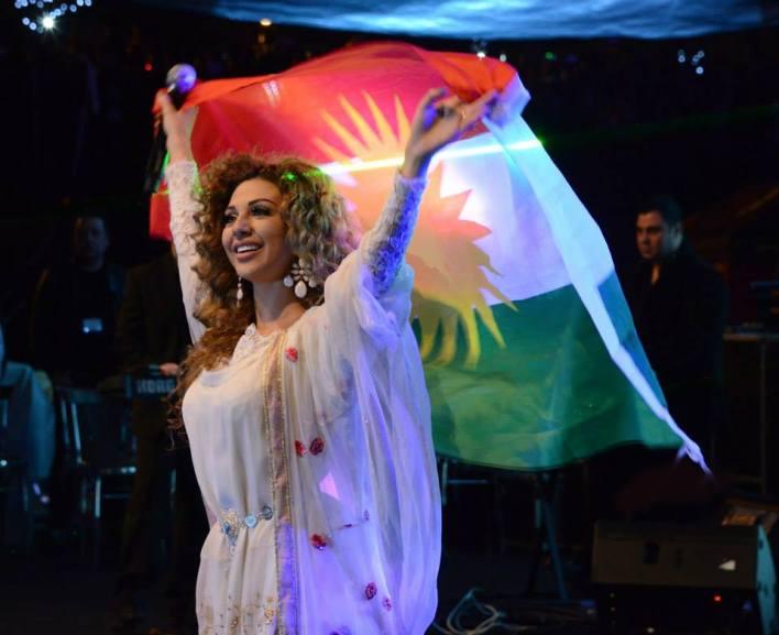 مريام فارس تتألق في أربيل و تلوح بالعلم الكردستاني (4)