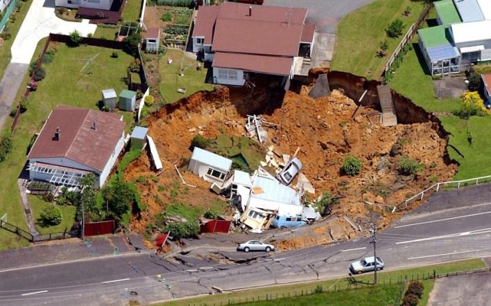 , الحفر الارضية تدمر المنازل والطرق