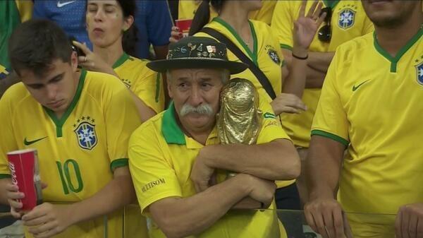 ردة فعل مؤلمة لمشجعي منتخب البرازيل بعد خسارتهم الفادحة أمام ألمانيا (1)