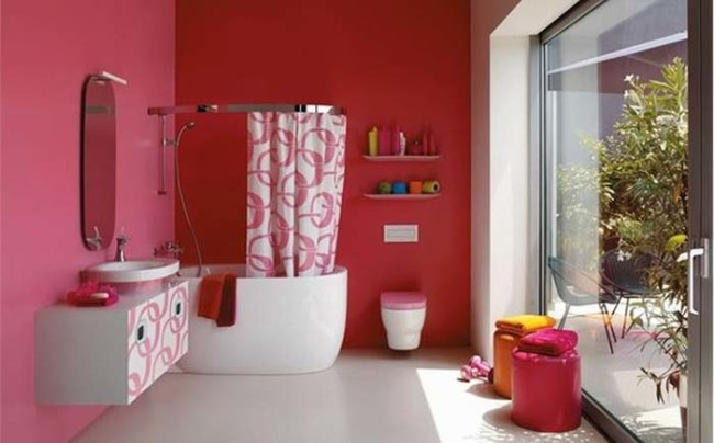 بحوض التغسيل طلاء باللون الوردي مع تنسيق نقش الستائر