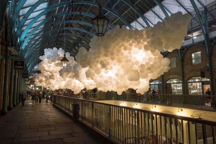فنان يصنع غيوم من 100 ألف بالون في سوق Covent Garden