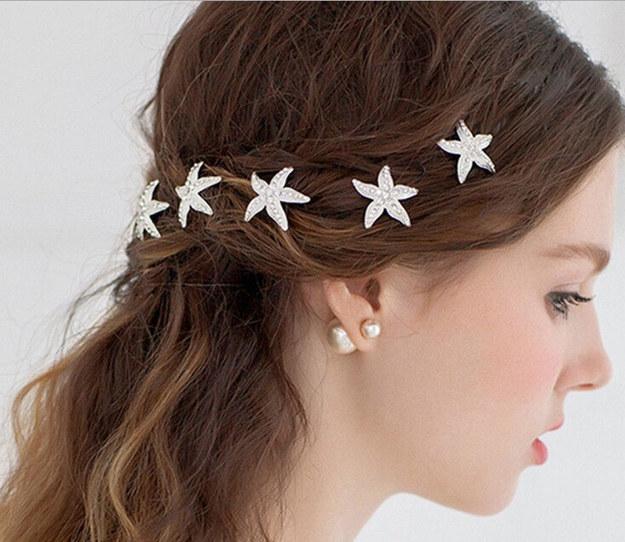وضع إكسسوار نجوم البحر على شعرك