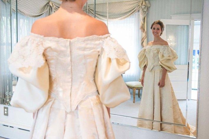 هذه العروس هي المرأة ال 11 من عائلتها التي ترتدي نفس الفستان الذي يعود عمره إلى 120 سنة!