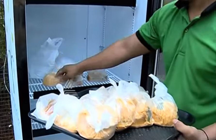 مالكة مطعم تضع ثلاجة خارج مطعمها لوضع الطعام الزائد للمحتاجين