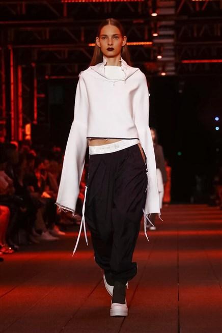 إطلالة أنيقة في فصل الخريف من مجموعة DKNY