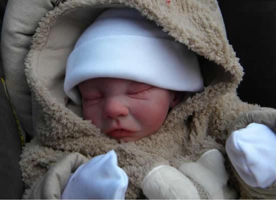 شاهدي صور لدمى تشبة أطفال حديثي الولادة