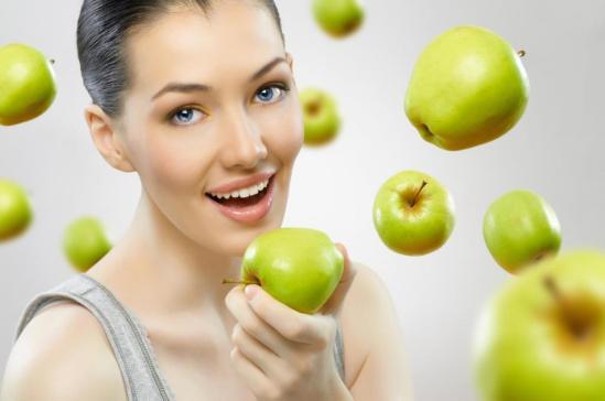 امرأة التفاح