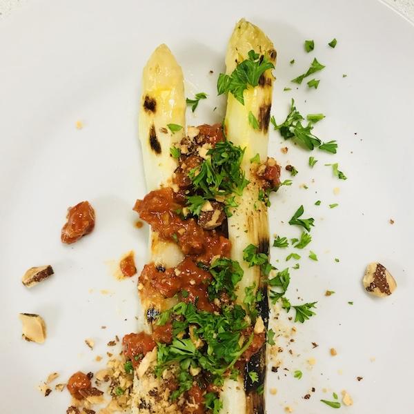 Gegrilde asperges met salsa romesco