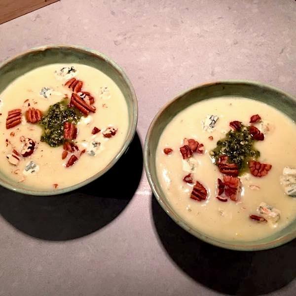 Bloemkoolsoep met blauwe kaas, pesto en pecannoten