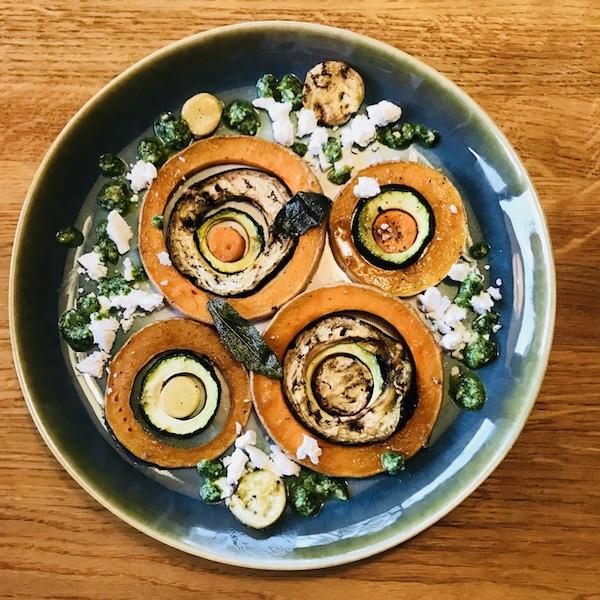 Salade van gegrilde groente, salieboter, pesto van rucola en geitenkaas