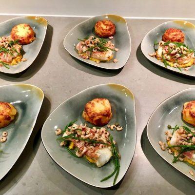 Kabeljauwhaasjes met hummus en zeekraal- garnalensalade2ol