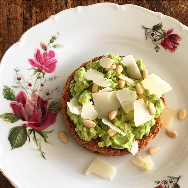 Beschuit met avocado, pijnboompitten en kaasflakes