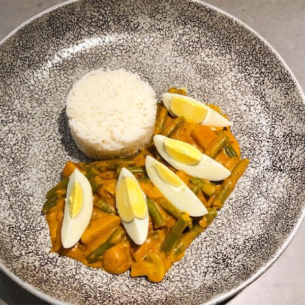 Vegetarische rode curry met zoete aardappel en sperziebonen