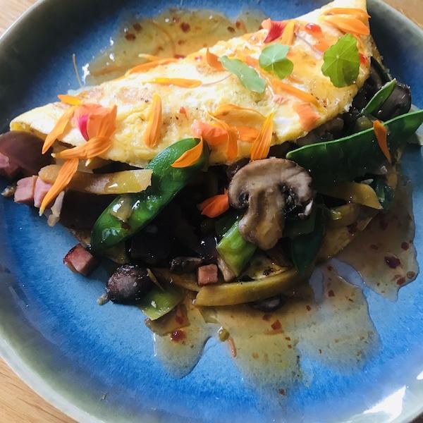 Omelet gevuld met wokgroente en zoete chilisaus