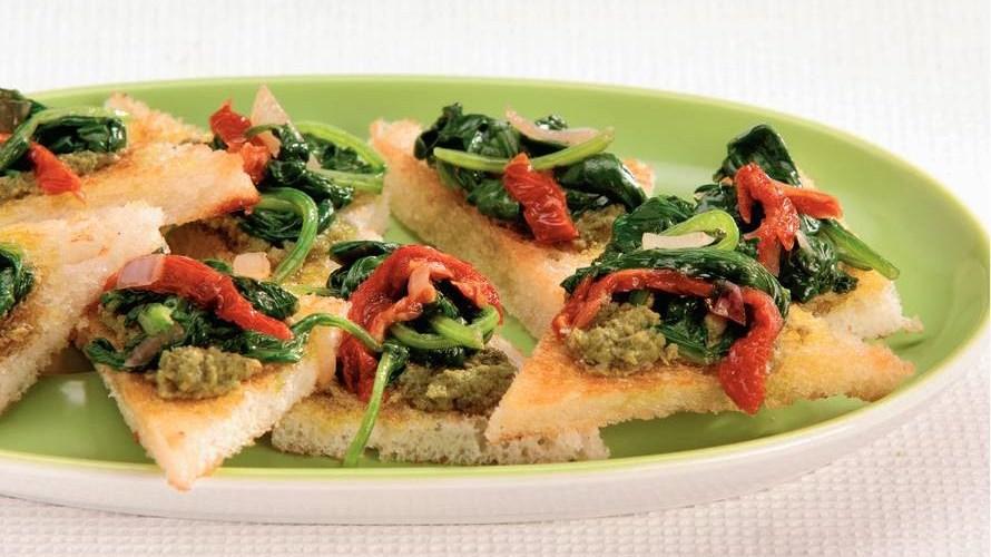 Crostini met spinazie en pesto
