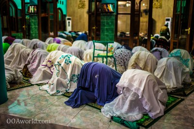 Photo Kneeling Muslim Women Prayer Indonesia Ooaworld