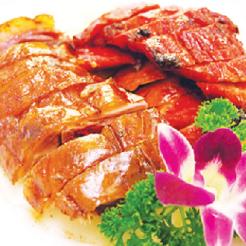 お店で焼いているBBQ はテイクアウトにも 最適。ポークとダックの2 種セット $17.98 (Photo: Neptune Chinese Kitchen)