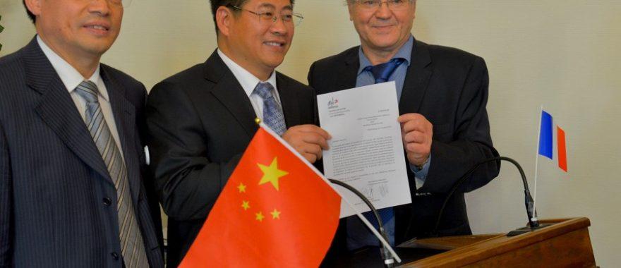 Signature du protocole de relations amicales entre les représentants de la ville de Chengde, de Fontainebleau et Pierre-Michel Verbeurgt, Président de Cap Cultures, octobre 2014.