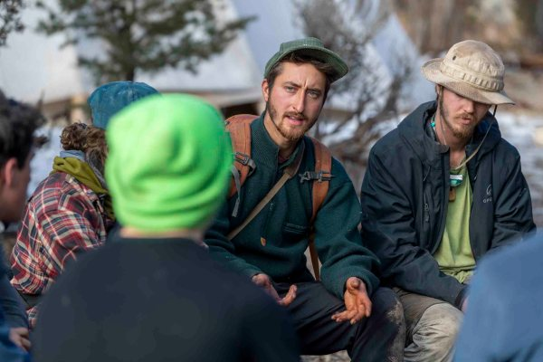 Open Sky field guide gives feedback in a team of young adult students.