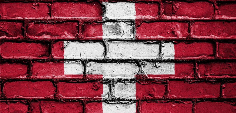 Schweizer Fahne auf Mauer
