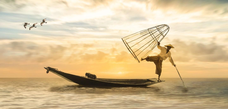 Chinesischer Fischer auf seinem Boot
