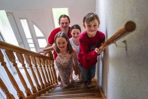 Familie op trap voor actie 'The Climb'