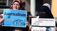 """La pena è di 7 anni di reclusione. Erano accusati di concorso in associazione terroristica, per presunti legami con i Fratelli Musulmani. Il verdetto è arrivato nonostante la mobilitazione internazionale. """"Nessuna prova è stata presentata contro i nostri giornalisti"""", ha commentato su Twitter Al Anstey, di Al Jazeera International. Stessa sentenza anche per due cronisti inglesi e una olandese, a cui è stata inflitta in absentia una condanna a 10 anni. In Egitto i militari golpisti, alleati dei padroni occidentali, hanno fatto emettere dai loro tribunali centinaia di condanne a morte. I padroni occidentali presentano questi assassini come i […]"""