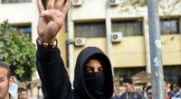 Redazione di Operai Contro, il dittatore Al Sisi celebra il suo colpo di stato Quattro morti e scontri in tutto il Paese. L'Egitto ricorda il quarto anniversario della rivoluzione che nel 2011 ha portato alla caduta dell'allora presidente Hosni Mubarak( liberato dal dittatore al Sisi) con manifestazioni e cortei e ritorna nel caos. Al CairoShaimaa el-Sabbagh, dirigente 33enne di un piccolo partito di sinistra, è stata uccisa dalle forze dell'ordine con un proiettile di gomma alla testa Un manifestante dei Fratelli musulmani è rimasto ucciso negli scontri con le forze dell'ordine ad Alessandria. Scontri fra manifestanti dei Fratelli musulmani […]