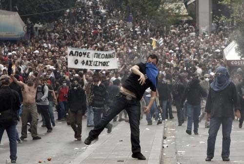 Redazione di Operai Contro, il governo greco farà altre riforme (cioè nuovi tagli) Il governo greco è quello che ha fatto più riforme del gangster Renzi (vedi l'articolo da voi pubblicatohttp://www.operaicontro.it/?p=9755727706) Che cosa è restato delle promesse elettorali di Tsipars? Buoni pasto, energia e sanità per i poveri, I padroni europei sono corsi a sostegno dei padroni greci. Noi operai greci dobbiamo costruire il nostro partito e continuare ad armarci Lo scontro aperto con i padroni è vicino Un operaio greco Facebook Comments