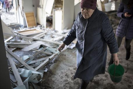 Redazione, i soldati di Kiev continuano a colpire i civili. La guerra dei padroni va combattuta eliminando i padroni Un edificio residenziale di 14 piani e' stato colpito da un colpo di artiglieria dell'esercito, dei padroni di Kiev, a Donetsk, nel quartiere di Solnechni. Ci sono dei morti e almeno dieci feriti. Lo riporta l'agenzia Interfax. Bombardato ospedale Donetsk, sale bilancio vittime Sale il bilancio delle vittime dei bombardamenti che hanno colpito l'ospedale numero 27 di Donetsk: secondo la Tass, che cita il ministero dell'autoproclamata repubblica locale, sono almeno 5 (e 4 feriti), mentre il ministero delle situazioni di […]