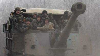 """Redazione di Operai Contro, la tregua è fallita ancora una volta. Anzi la tregua non è mai cominciata. Le parti non hanno iniziato a ritirare le armi pesanti nei tempi previsti e dopo un lungo assedio i ribelli dell'Ucraina dell'Est hanno lanciato un attacco all'interno della città di Debaltsevo, strategico nodo ferroviario tra le regioni di Donetsk e Lugansk. Il padrone di Kiev Poroshenko non ha usato mezzi termini: l'escalation del conflitto nell'est ucraino """"minaccia non solo l'integrità territoriale e la sovranità dell'Ucraina ma anche la sicurezza in Europa e in tutto il mondo"""". Chiede a Putin di esercitare […]"""