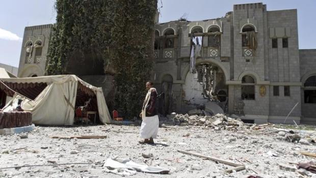 """Redazione di Operai Contro i bombardamenti sauditi in Yemen hannoucciso almeno 1.400 persone, delle quali più della metà civili. Oltre 130 raid sono stati lanciati ieri in tutto il Paese""""contro edifici, depositi di armi e campi dei ribelli"""", hariferito un portavoce della coalizione. USA e Sauditi da anni bombardano le popolazione dell'Iraq Perchè i funzionari dell'ONU non dicono quanti civili sono stati uccisi I bombardamenti servono solo ad ammazzare donne, bambini e vecchi Il gangster Renzi vuole bombardare la popolazione libica I criminali vanno fermati Un lettore  Facebook Comments"""