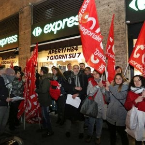 """Di Maio ha detto che ha eliminato la povertà grazie al reddito di cittadinanza. Di Maio e Salvini promettono la galera a chi oserà chiedere il reddito di cittadinanza e non è in regola. Presidio dei lavoratori precari del supermercato Carrefour di via Canevari a Genova il 21 dicembre. Una trentina di lavoratori della cooperativa Elpe, che fornisce personale """"scaffalista"""" e di altri settori, hanno manifestato sopratutto per lo scarso salario e per le condizioni di lavoro: """"Vengono pagati a cinque eruo l'ora, per un totale di 14 ore alla settimana senza coperture e garanzie"""". Alla settimana prendono un […]"""
