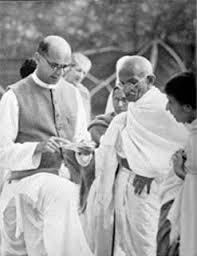 Mahadev Desai (vänster) läser upp ett brev till Gandhi från vicekungen vid Birla House, Bombay, 7 april 1939