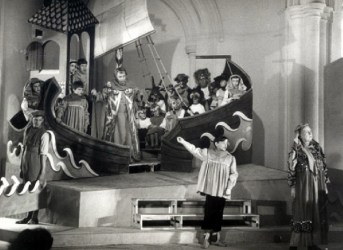 A rehearsal photo from the 1958 premiere of Britten's Noye's Fludde. Photo by Kurt Hutton.