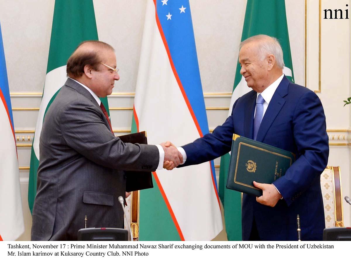 Tashkent, November 17 : Prime Minister Muhammad Nawaz Sharif exchanging documents of MOU with the President of Uzbekistan Mr. Islam karimov at Kuksaroy Country Club. NNI Photo