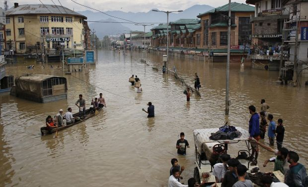 Flood-affected people commute in the city center of Srinagar (Photo: PTI)