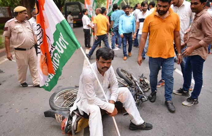 Youth Congress members hit the streets to protest against the removal of SPG cover of Gandhi family