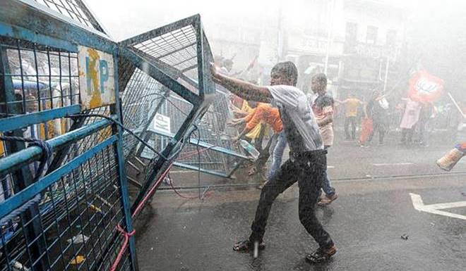 Kolkata police uses brute force to disperse protestors gathered outside Kolkata Municipal Corporation