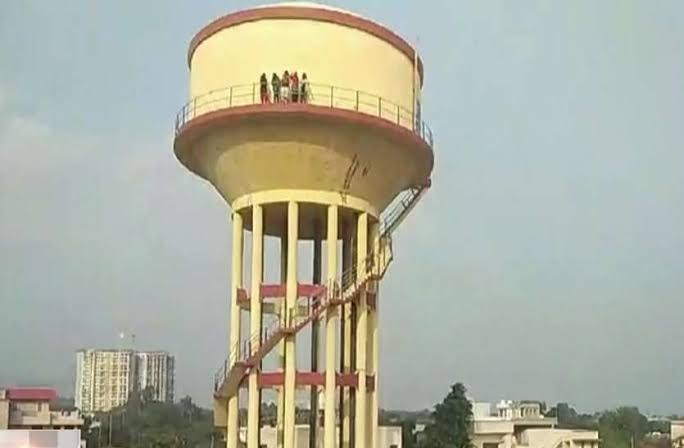 The 5 girls had climbed the water tank on Saturday afternoon, demanding extension of the school lecturers' recruitment exam dates