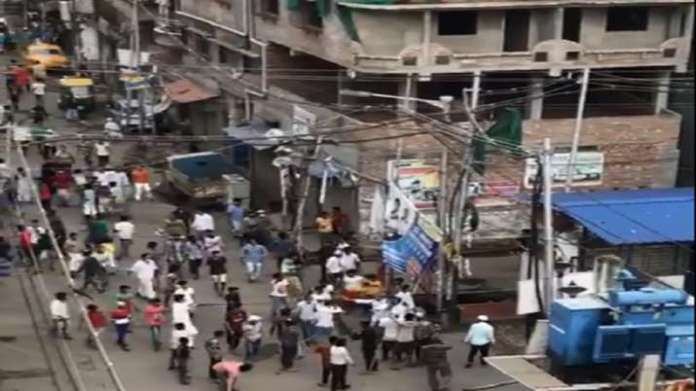 Police were attacked in Howrah, West Bengal while trying to enforce the lockdown