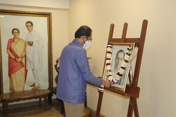 Uddhav Thackeray paying tributes to Rajiv Gandhi
