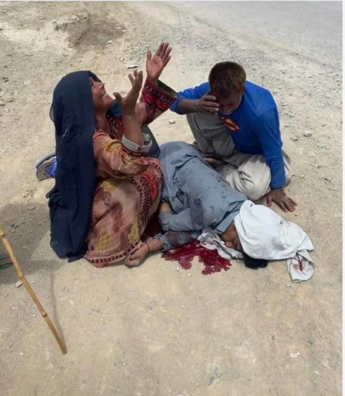 Mother and father of Hayat Baloch crying over the body of their son (Image credit: newsintervention.com)