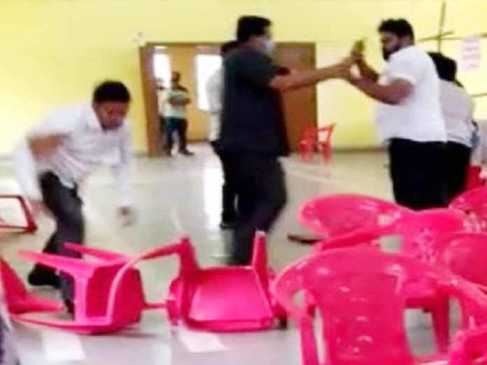 NCP and Shiv Sena workers engage in a fierce fight over unauthorised banners in Bhiwandi